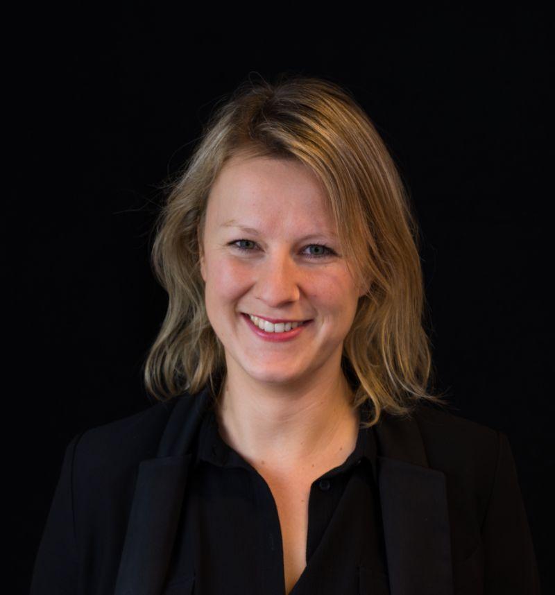 Portretfoto van Moniek Harmelink.